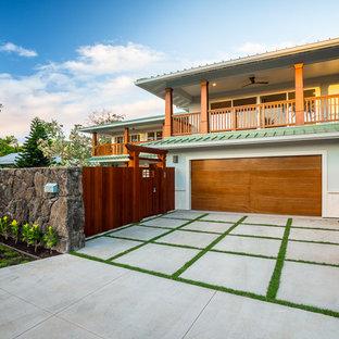 Foto på en stor tropisk tillbyggd garage och förråd