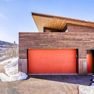 Modern inredning av en tillbyggd tvåbils garage och förråd
