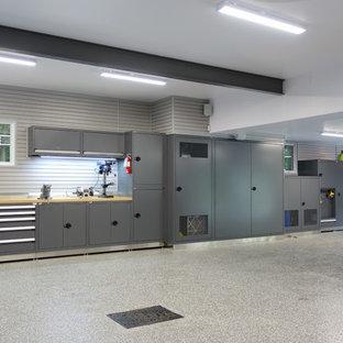 Idée de décoration pour un très grand garage pour trois voitures séparé design.