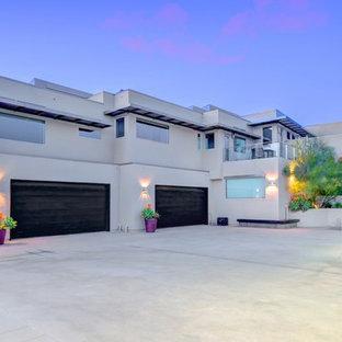 Exempel på en mycket stor modern tillbyggd garage och förråd