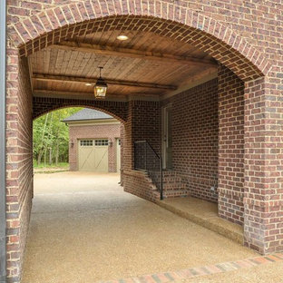 Inspiration for a timeless two-car porte cochere remodel in Nashville