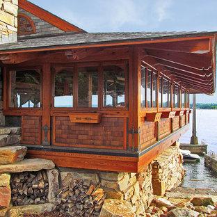 Exempel på ett rustikt fristående båthus