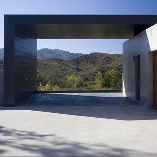 Inspiration för stora moderna tillbyggda trebils garager och förråd, med entrétak
