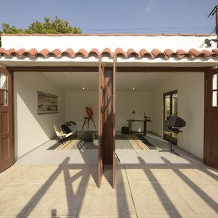 Réalisation d'un garage pour deux voitures séparé méditerranéen de taille moyenne avec un bureau, studio ou atelier.