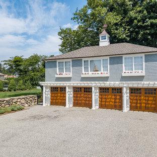 Idées déco pour un très grand garage pour trois voitures séparé bord de mer avec un bureau, studio ou atelier.