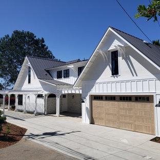 Idée de décoration pour un garage pour deux voitures attenant champêtre de taille moyenne avec une marquise.