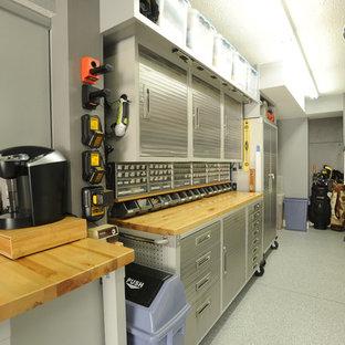 Exemple d'un grand garage pour une voiture moderne avec un bureau, studio ou atelier.