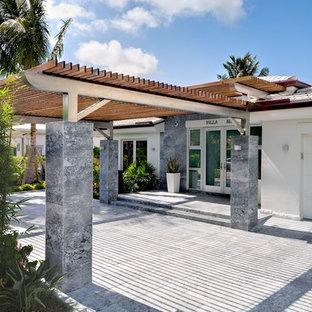 Exemple d'un garage exotique avec une porte cochère.