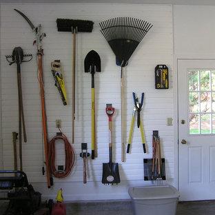 Klassisk inredning av en mellanstor tillbyggd tvåbils garage och förråd