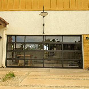 Idée de décoration pour un grand garage pour deux voitures attenant avec une porte cochère.