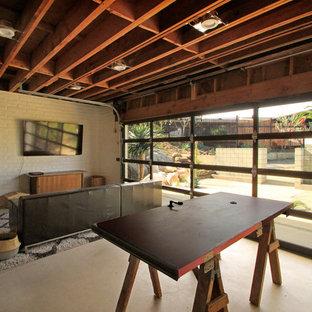 Bild på en stor eklektisk tillbyggd tvåbils garage och förråd, med entrétak