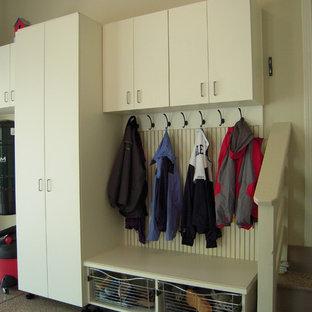 Inredning av en modern mellanstor tillbyggd garage och förråd