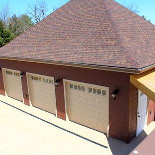 Exempel på en stor klassisk fristående trebils garage och förråd