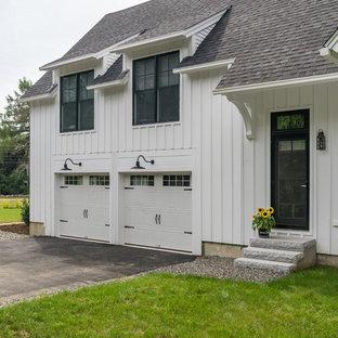 Esempio di un garage per due auto connesso country