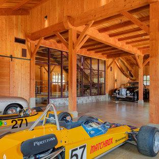 Exemple d'un garage pour quatre voitures ou plus nature.