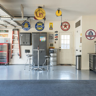 Cette photo montre un garage industriel avec un bureau, studio ou atelier.