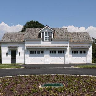 Неиссякаемый источник вдохновения для домашнего уюта: отдельно стоящий гараж в классическом стиле для трех машин