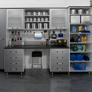 Exemple d'un grand garage attenant tendance avec un bureau, studio ou atelier.