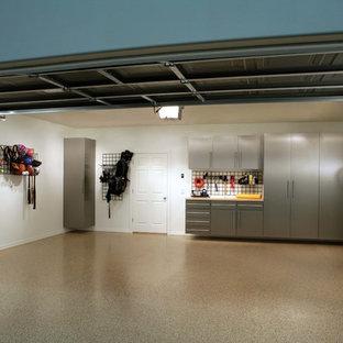 Cette image montre un petit garage pour une voiture traditionnel avec un bureau, studio ou atelier.