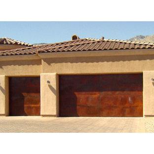 Exemple d'un très grand garage attenant sud-ouest américain.