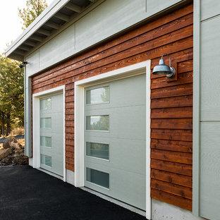 他の地域の中サイズの独立型コンテンポラリースタイルのおしゃれなガレージ (2台用) の写真