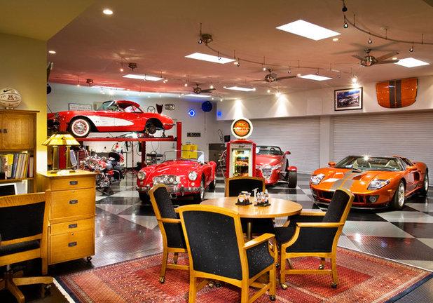 Modern Garage by Robinette Architects, Inc.