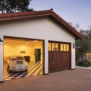 Inspiration för en mellanstor medelhavsstil fristående tvåbils garage och förråd