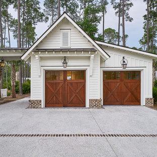 Bild på en stor lantlig fristående tvåbils garage och förråd