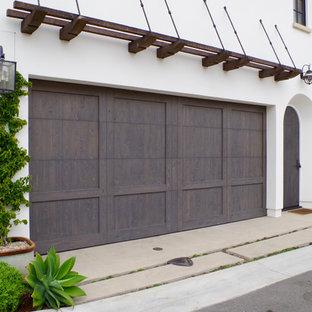 Foto på en stor rustik tillbyggd garage och förråd