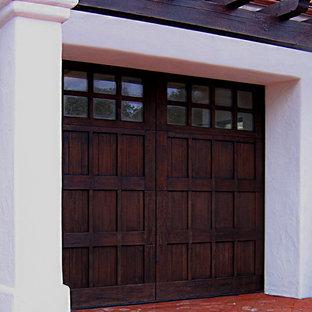 Idée de décoration pour un garage pour deux voitures attenant méditerranéen de taille moyenne.