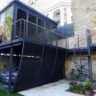 Cette photo montre un garage attenant tendance de taille moyenne.