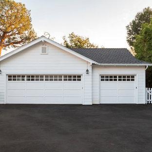 Idée de décoration pour un garage pour trois voitures séparé tradition.