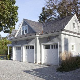 Exemple d'un garage pour trois voitures chic.