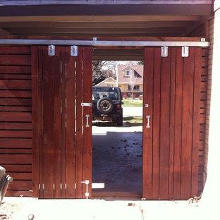 Modern inredning av en liten tillbyggd enbils carport