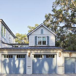 Cette image montre un garage marin.