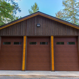 This is an example of a large traditional detached garage workshop in Seattle.