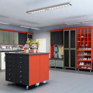 Exempel på en stor modern tillbyggd garage och förråd