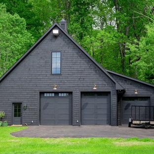 Foto på en stor lantlig fristående garage och förråd