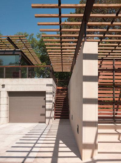 モダン ガレージ by Webber + Studio, Architects
