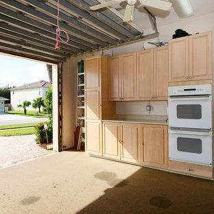 Bild på en mellanstor tropisk tillbyggd tvåbils garage och förråd