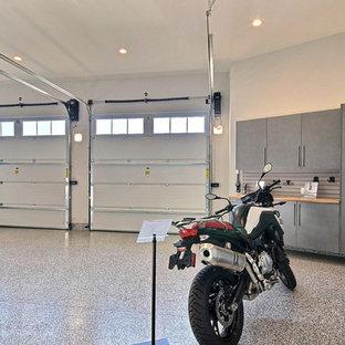 Bild på en mycket stor lantlig tillbyggd fyrbils garage och förråd