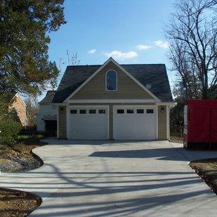 Свежая идея для дизайна: отдельно стоящий гараж среднего размера в классическом стиле для двух машин - отличное фото интерьера