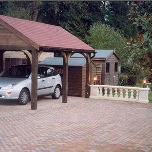 Cette image montre un petit garage séparé rustique.
