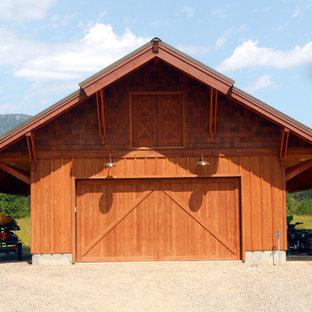 Idéer för att renovera en mellanstor rustik fristående tvåbils garage och förråd