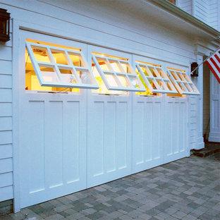 Amerikansk inredning av en mellanstor tillbyggd tvåbils garage och förråd