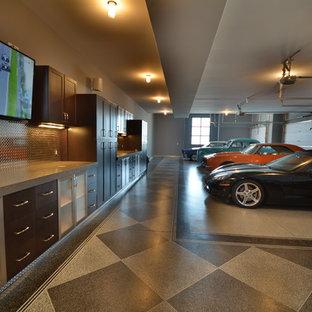 Bild på en mycket stor industriell tillbyggd fyrbils garage och förråd