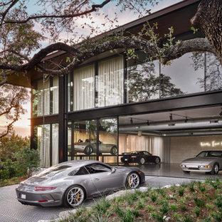 Foto på en mycket stor funkis fristående garage och förråd