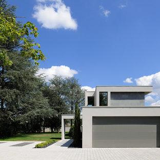 Réalisation d'un garage pour deux voitures attenant minimaliste de taille moyenne.