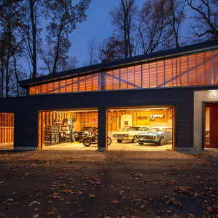 Photo of a large midcentury detached four-car workshop in Indianapolis.