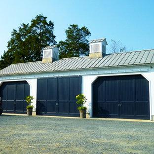 Inredning av en lantlig stor fristående fyrbils garage och förråd